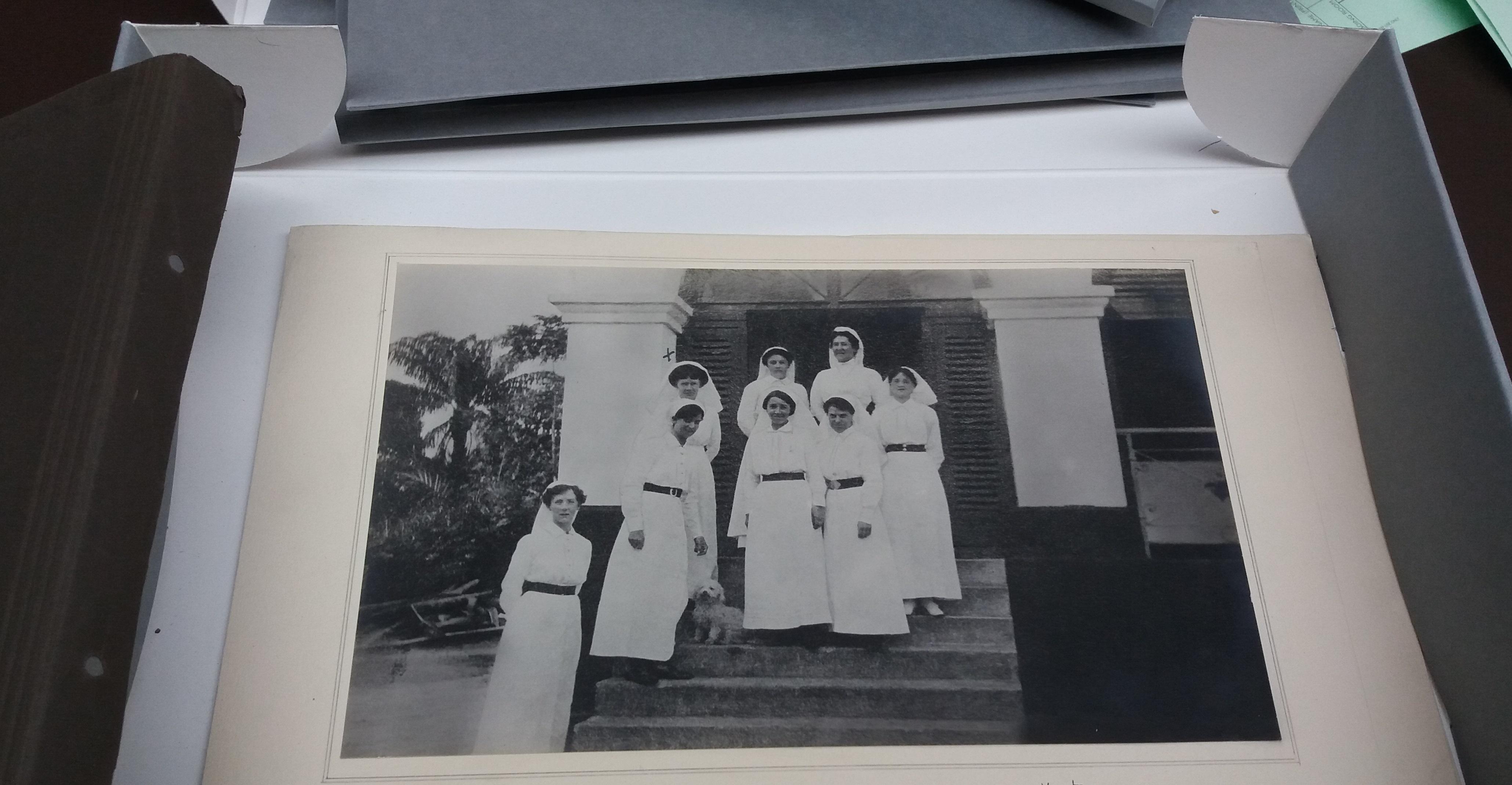 בתמונה: קבוצת אחיות בריטיות בקמרון (Cameroon) בשלהי מלחמת העולם הראשונה, ארכיון ארגון האחיות האימפריאלי, הספריה הבודליינית, אוניברסיטת אוקספורד.